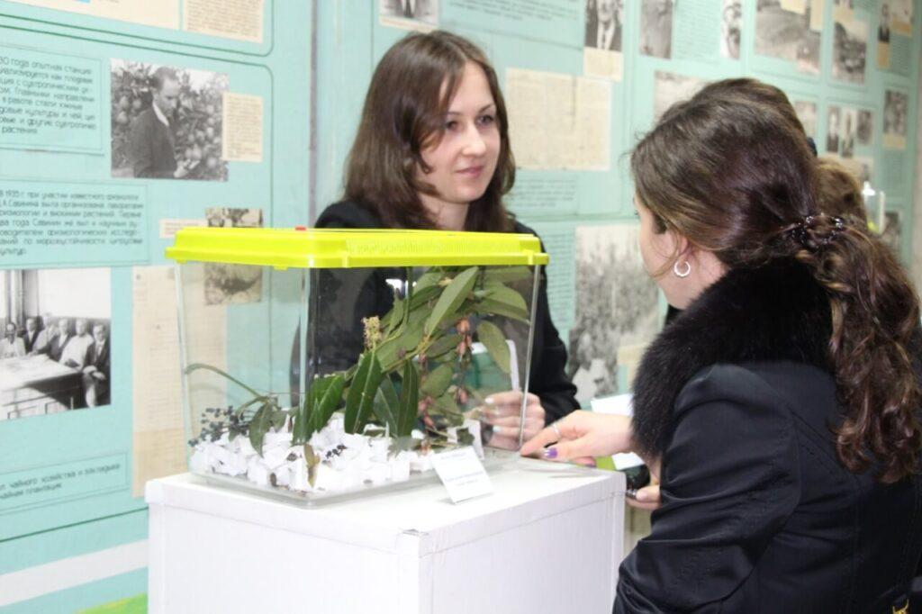 Конференция ВНИИЦиСК, выставочный павильон (на фото Захарченко В.Е..)