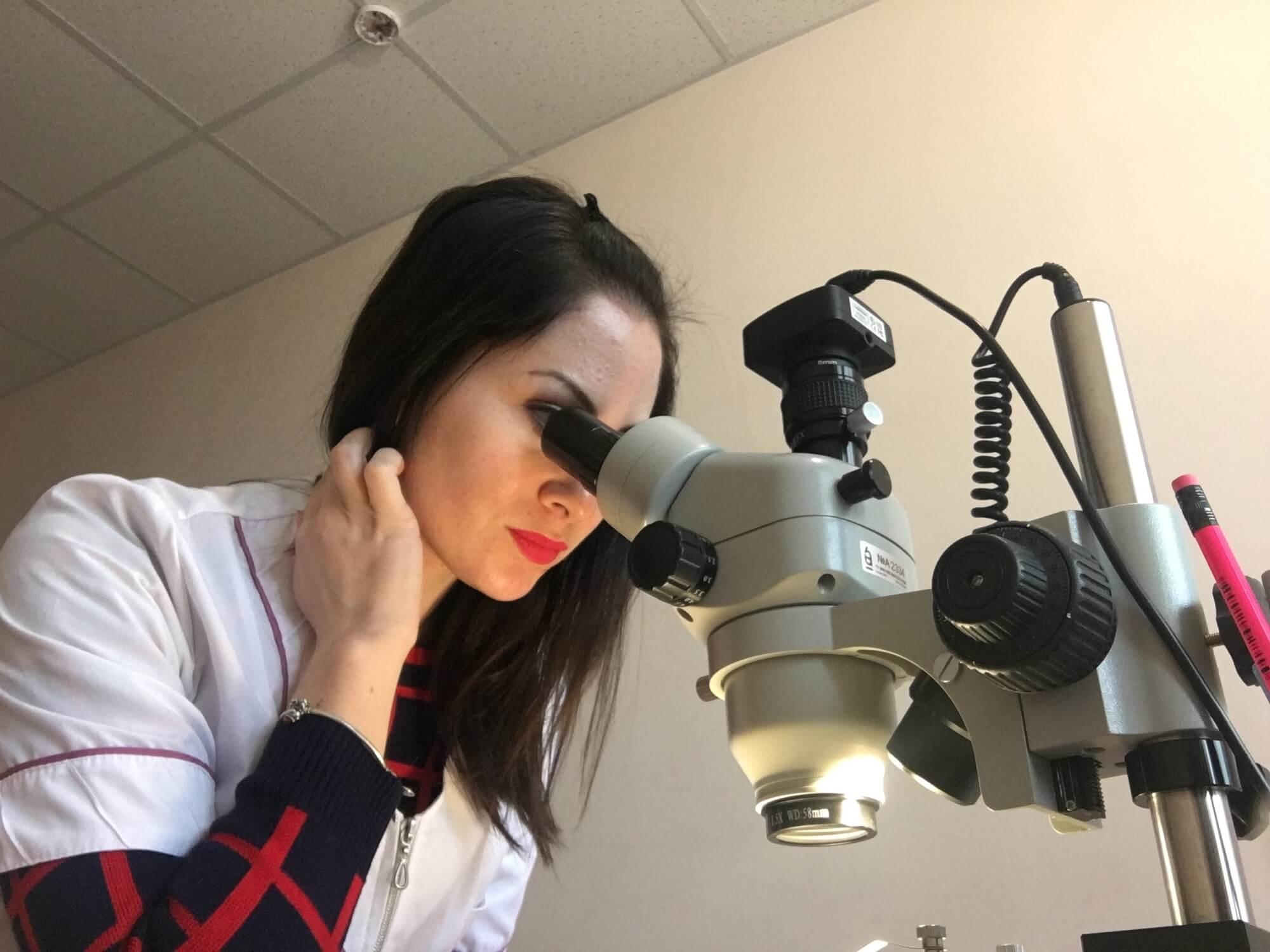 Исследование образцов с помощью бинокулярного микроскопа (на фото зав. отд. Михайлова Е.В.)