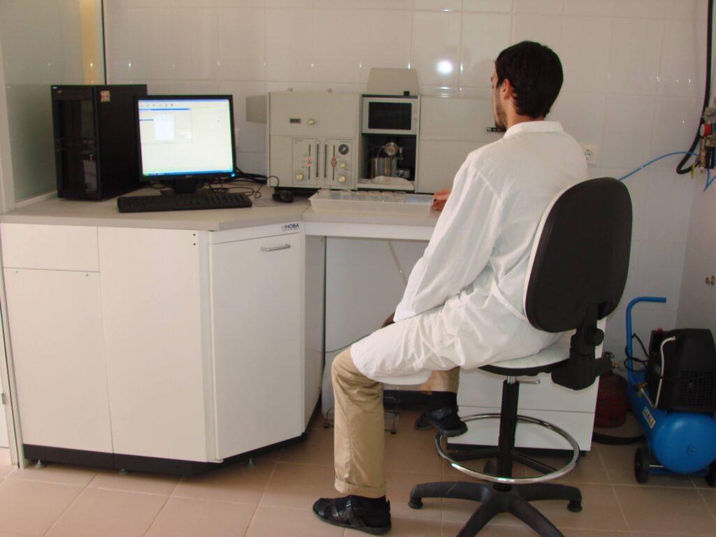За атомно-абсорбцоонным спектрофотометром (Керимзаде В.В.)