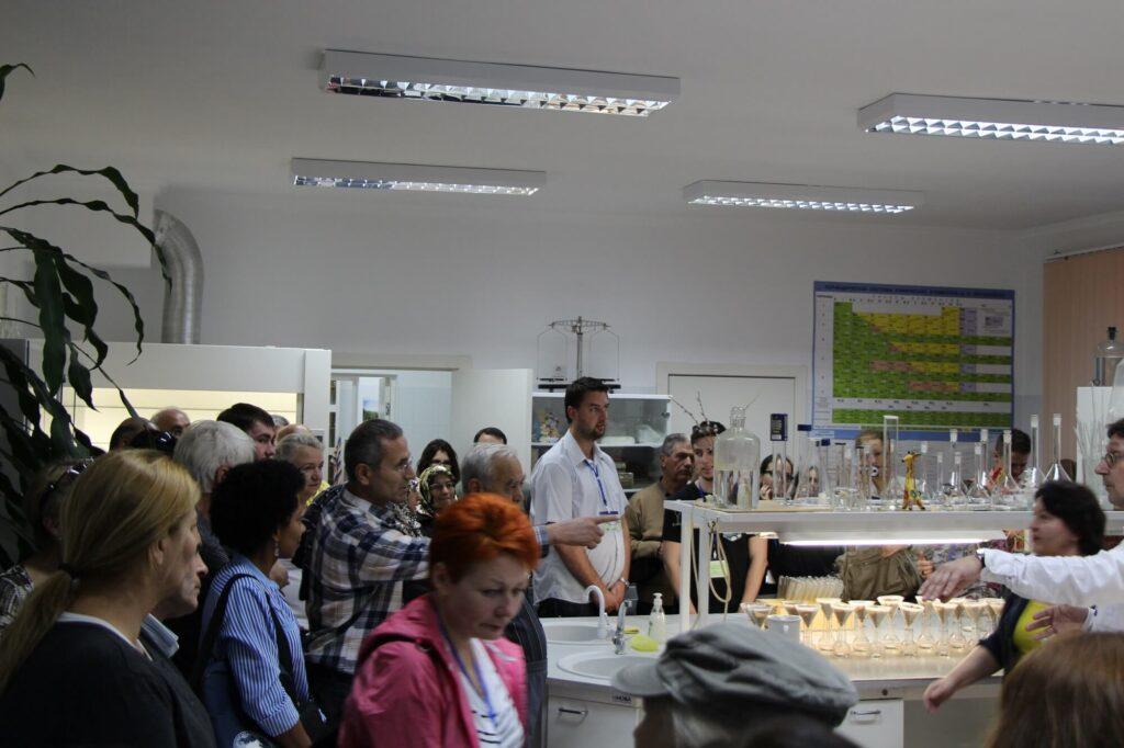 Участники конгресса почвоведов в лаборатории
